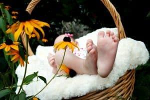 Przeczytaj o tym jak dbać o stopy niemowlaków
