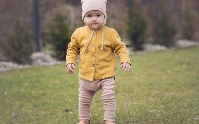 To już ten czas? Kiedy powinniśmy pomóc dziecku w stawianiu pierwszych kroków?