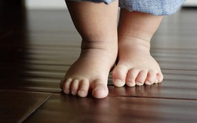 Stawianie pierwszych kroków dziecka – co je hamuje, a co rozwija?