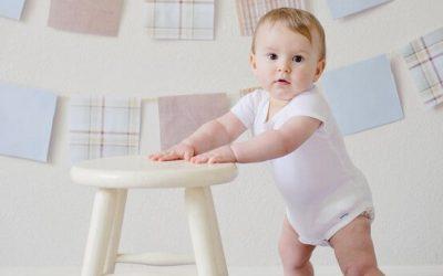Pchacz czy chodzik – co warto wybrać dla dziecka, stawiającego pierwsze kroki?