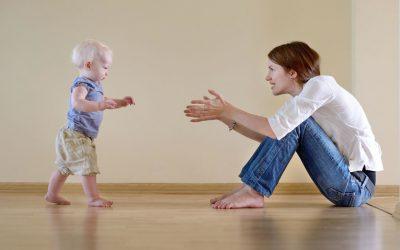 Dziecięca nauka chodzenia po nietypowych powierzchniach.